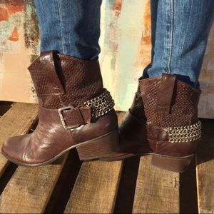 BCBGENERATION | Brown Cowboy Leather Chain Boots